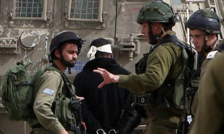 الخليل: شرطة الاحتلال تعتقل أربعة مواطنين من بيت كاحل