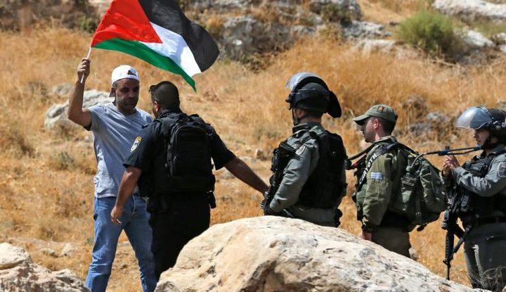 اصابة بقنبلة غاز واعتقال مسعف جراء قمع الاحتلال لمسيرة برام الله