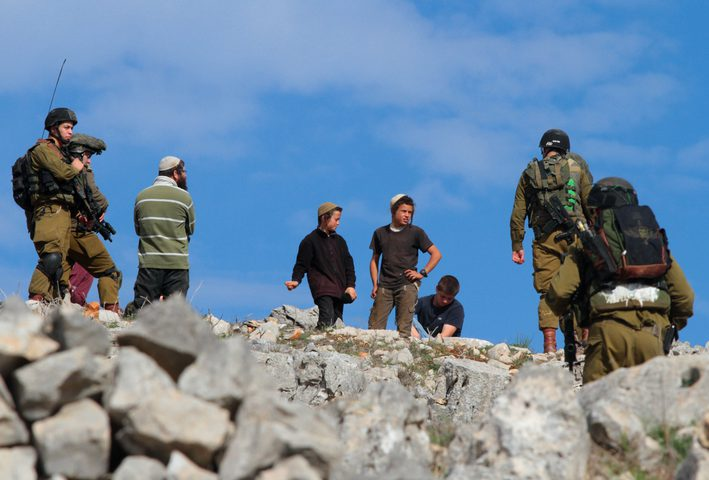 مستوطنون يهاجمون منزلا في قرية التوانة