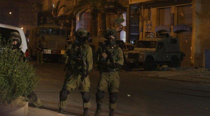 الاحتلال يواصل اعتقال ثلاثة أشقاء من مخيم العروب