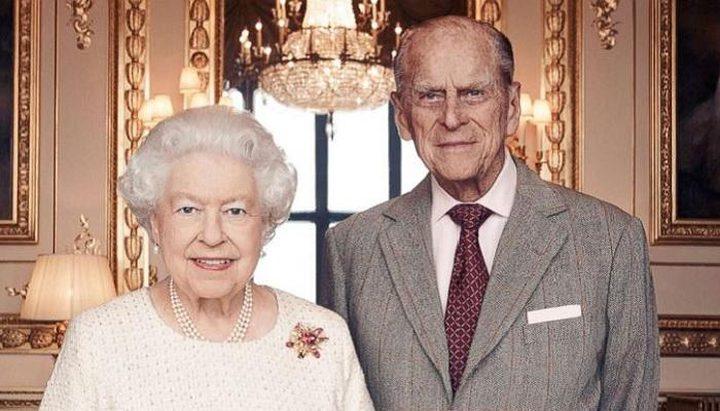 الملكة اليزابيث والأمير فيليب يحتفلان بعيد زواجهما الـ73