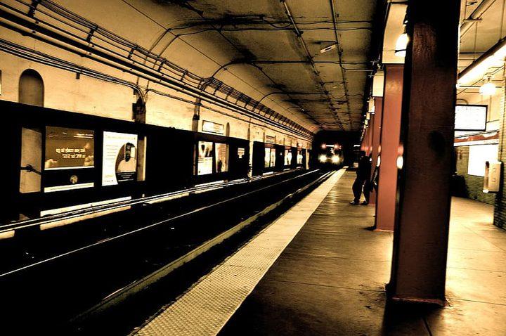 شاب يدفع امرأة في نيويورك تحت عجلة القطار