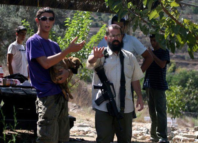 مستوطنون يعتدون على مسن ونجله جنوب غرب بيت لحم