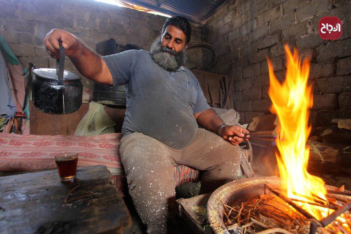 حطّاب يقطع الخشب ويجهزه للبيع في ورشته بقطاع غزة