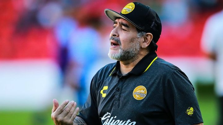 الموت يغيب أسطورة كرة القدم الأرجنتيني مارادونا