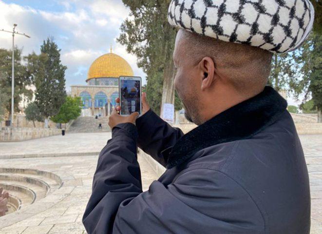 شاب من جنوب افريقيا يصل إلى القدس مشيا في رحلة استغرقت عامين