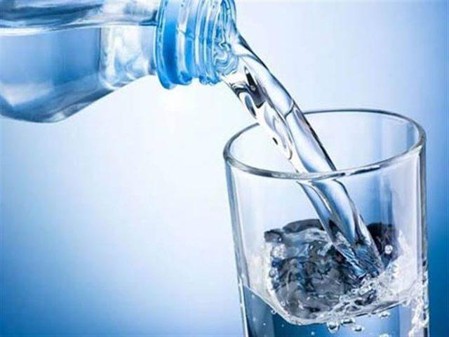 ما هو عدد أكواب الماء التي عليك شربها يوميا ؟