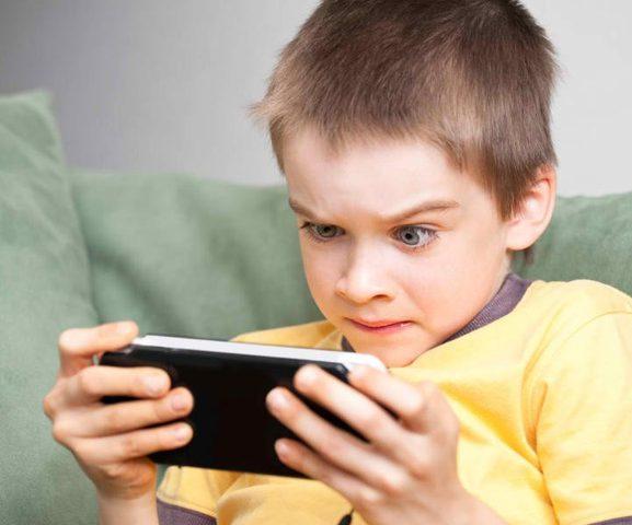 دراسة: إدمان الأطفال على الهواتف يؤدي لتناولهم الحبوب المنومة