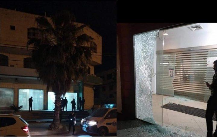 مجهولون يطلقون النار على فرعي بنك في البعنة