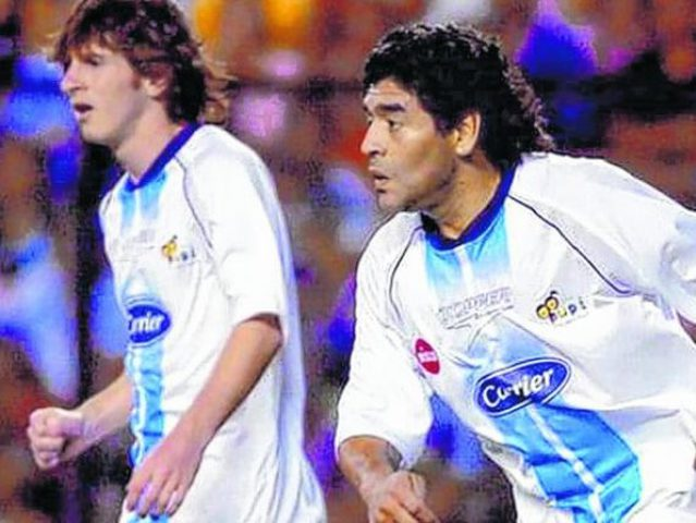 شاهد .. مارادونا وميسي جنبا إلى جنب في فريق واحد