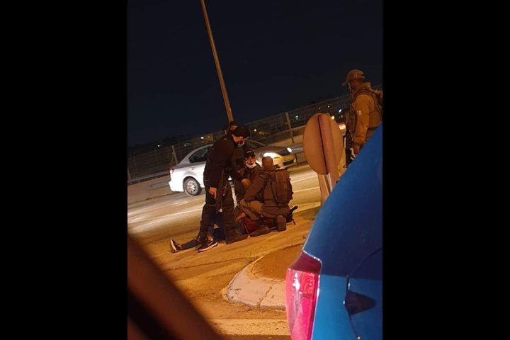 اعتقال شاب فلسطيني بزعم محاولة تنفيذ عملية طعن على حاجز الزعيم
