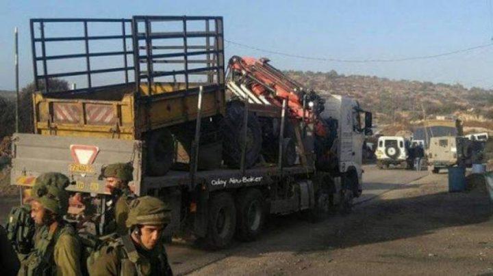 قوات الاحتلال تستولي على 8 شاحنات جنوب شرق القدس