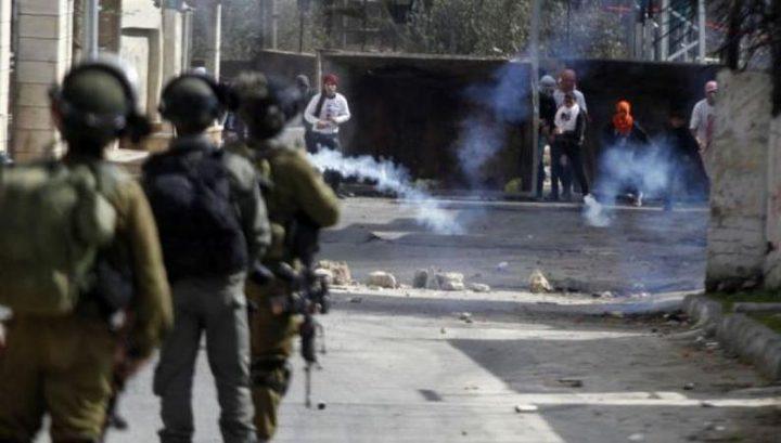 الخليل: إصابات بالاختناق خلال مواجهات مع الاحتلال في بيت أمر