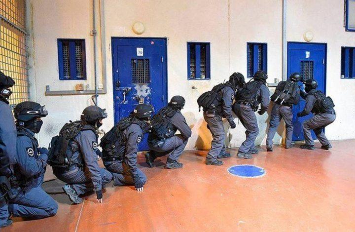 قوات القمع تقتحم قسم 6 في سجن النقب وتنقل أسرى لأقسام أخرى