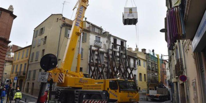 إخراج فرنسي يزن 300 كغ بآلة رافعة من منزله