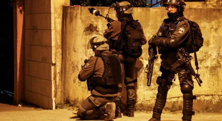 الاحتلال يداهم تياسير ويشرع بتفتيش منازل المواطنين