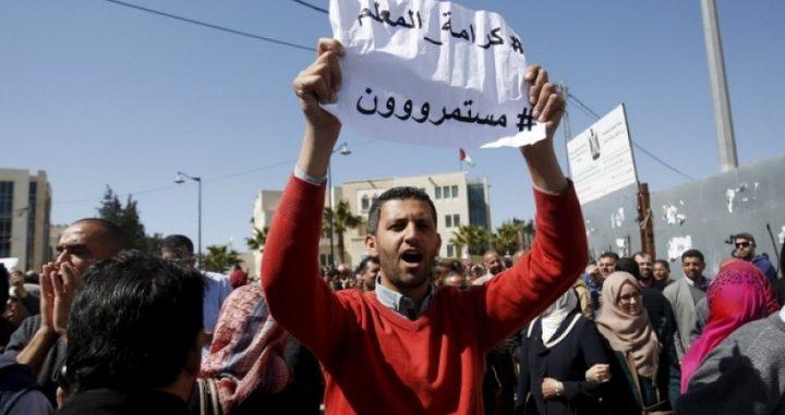 اتحاد المعلمين الفلسطينيين يعلّق الإضراب ويدعو لانتظام الدوام