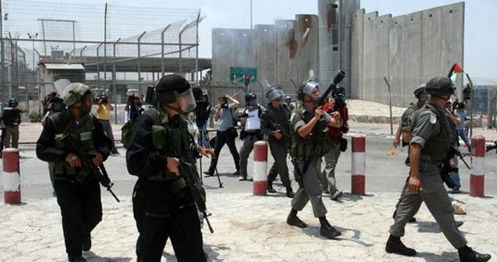 الاحتلال يطلق النار على شاب على حاجز قلنديا شمال القدس