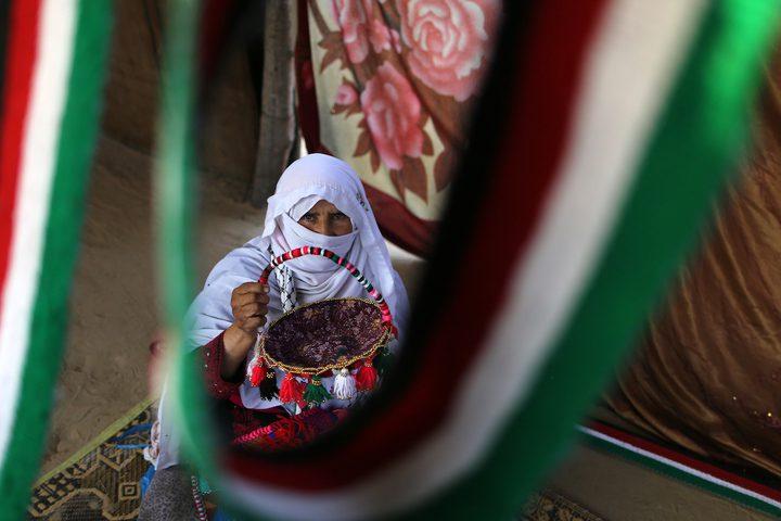 حاجة فلسطينية تصنع حليّ تقليدية في خان يونس جنوب قطاع غزة