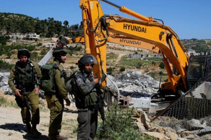 قوات الاحتلال تخطر بوقف العمل بـ8 بيوت  جنوب الخليل