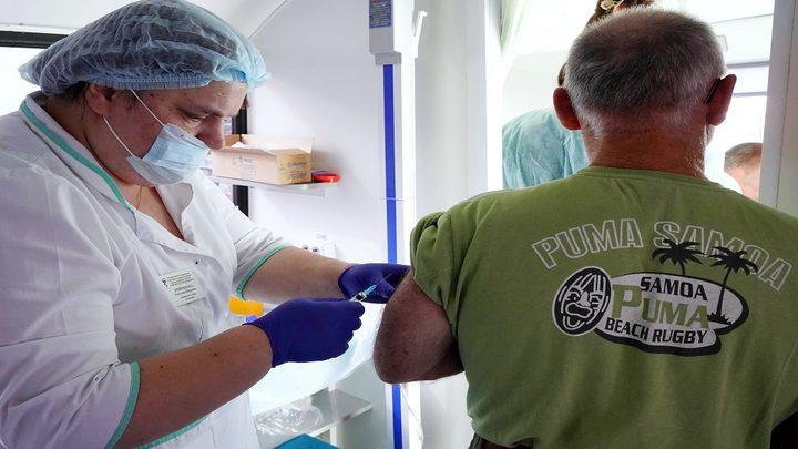 خبير روسي ينصح بعدم شرب الكحول عدة بعد كل تطعيم ضد كورونا
