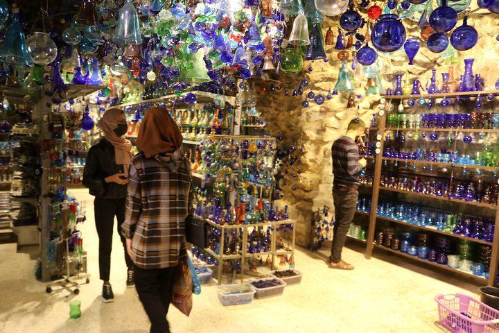 صناعة أواني زجاجية في مصنع السلام بالخليل