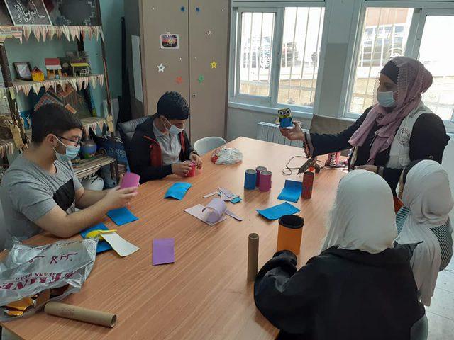 طلاب الصم يبدعون في اعادة تدوير مخلفات البيئة