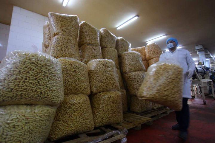 عمال فلسطينيون ينتجون الشيبس في أحد مصانع غزة