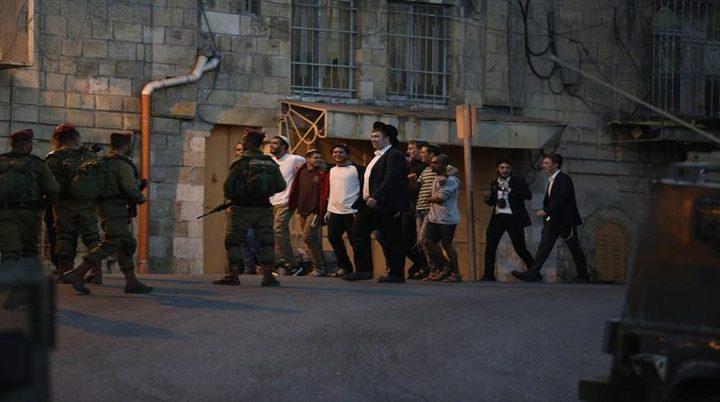 الخليل: مستوطنون يهاجمون منازل المواطنين