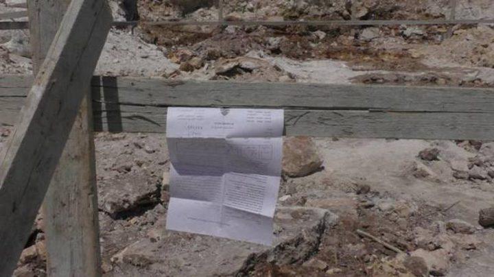 الاحتلال يخطر بوقف البناء بثلاثة منازل وبركسين جنوب نابلس