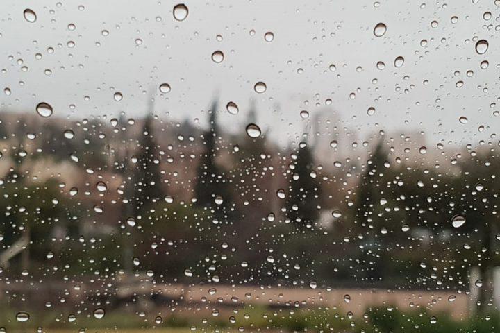 الطقس: استمرار تأثير المنخفض الجوي وأمطار متفرقة اليوم وغدا