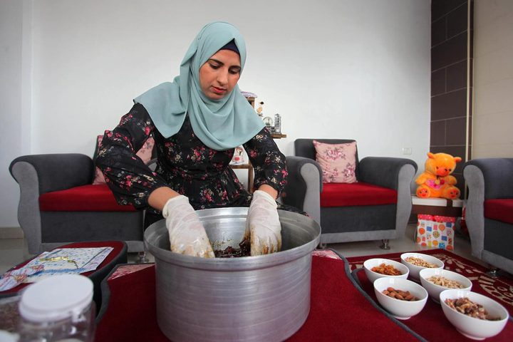 """هند المزيد تصنع الأكلة التراثية """"المختوم"""" المكونة من التمر والمكسرات والعسل في منزلها بدير البلح لزيادة الدخل ومساعدة أسرتها"""