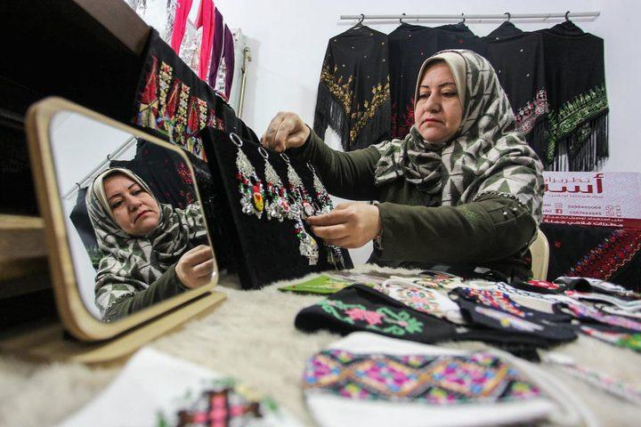 صناعة كمامات مطرزة في غزة