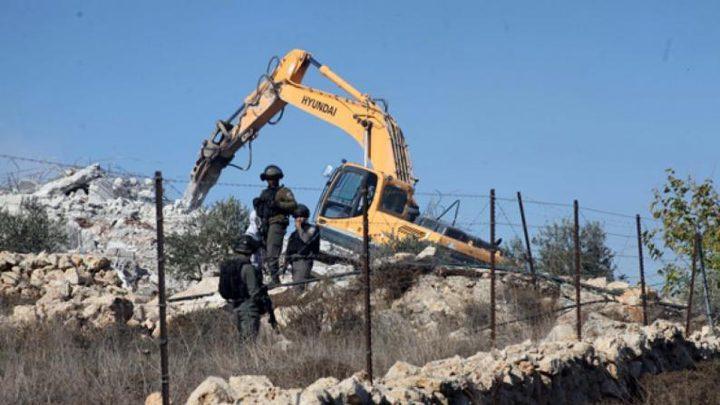 الاحتلال يهدم منزلين وبركسا وبئر مياه في خربة السيميا جنوب الخليل