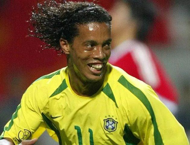 النجم البرازيلي رونالدينيو يطلب من عشاقه الصلاة والدعاء لوالدته