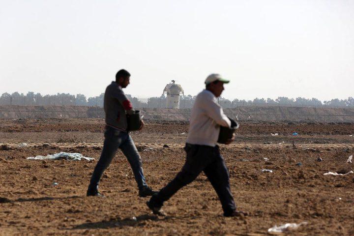 مزارعون يلقون بذور القمح في أراضيهم الواقعة على الحدود في خانيونس جنوب قطاع غزة