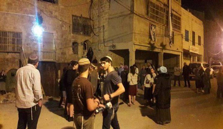مستوطنون يهاجمون منازل ومركبات المواطنين قرب اللبن الشرقية