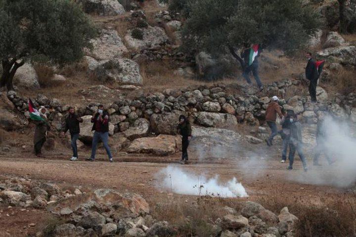 إصابات بالاختناق خلال قمع الاحتلال مسيرة سلمية شرق نابلس