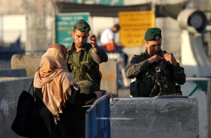القدس: قوات الاحتلال تعيق حركة المواطنين على حاجز حزما
