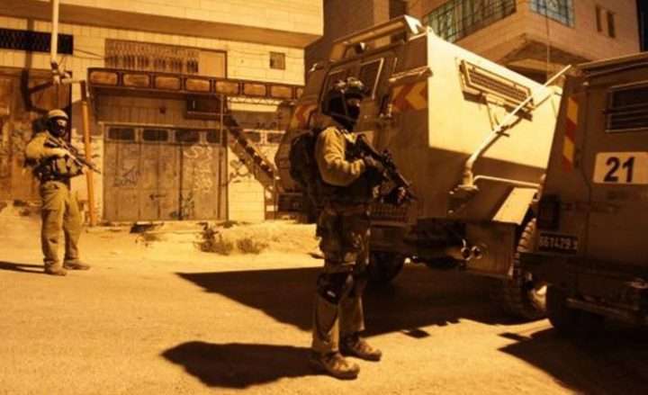الاحتلال يداهم بلدة إذنا غرب الخليل ويفتش عددا من منازل المواطنين