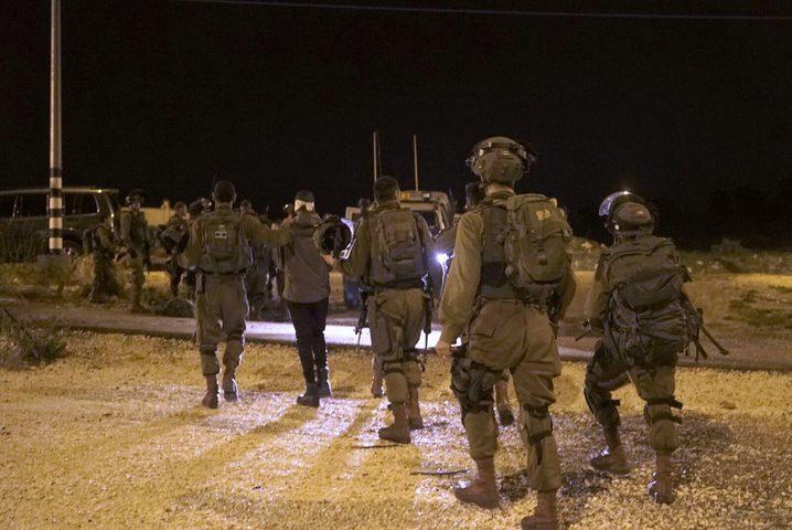 قوات الاحتلال تعتقل 17 مواطناً من الضفة