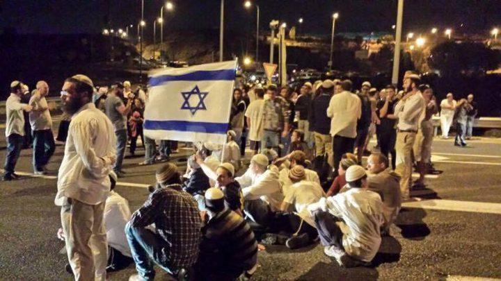 """مستوطنون يحتشدون قرب مفترق مجمع مستوطنة """"غوش عتصيون"""""""