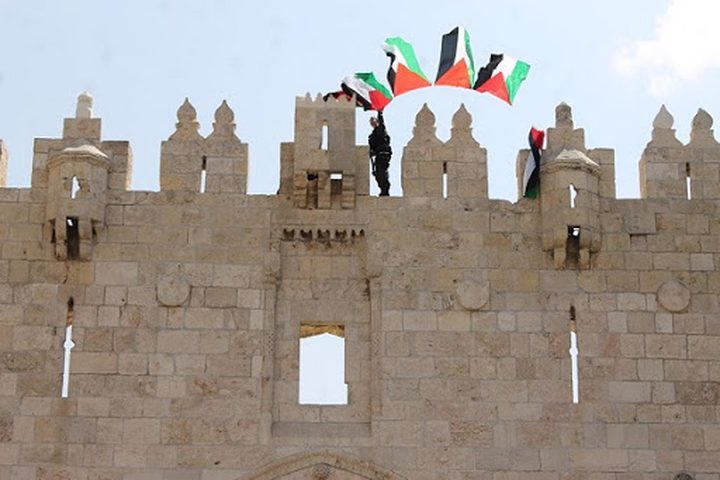 الاحتلال يزيل أعلام فلسطين ورايات فتح من بلدة سلوان بالقدس