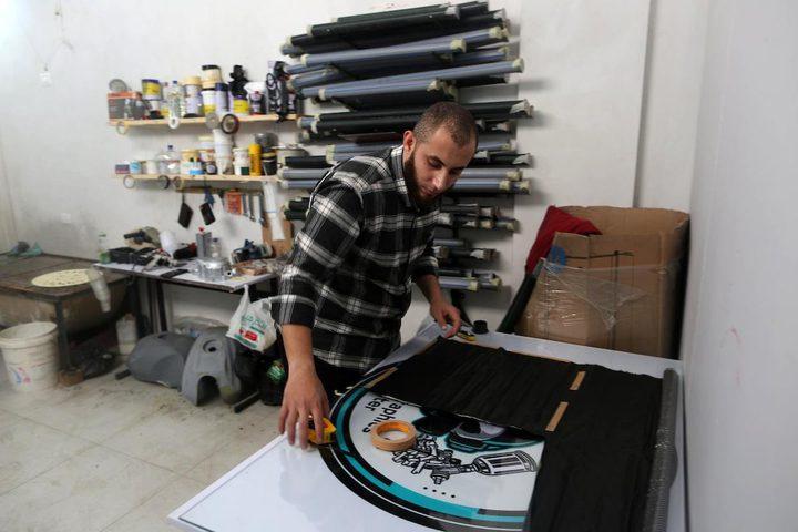 عمر العسولي أول شاب يعمل بالطباعة المائية في قطاع غزة