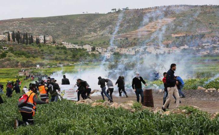 إصابات بالاختناق إثر قمع الاحتلال مسيرة في دير جرير شرق رام الله