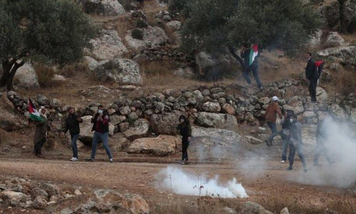 عشرات الإصابات بالغاز خلال قمع الاحتلال مسيرة بيت دجن شرق نابلس