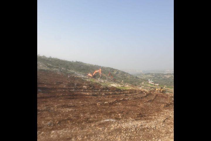الاحتلال يجرف مساحات واسعة من اراضي المواطنين غرب سلفيت