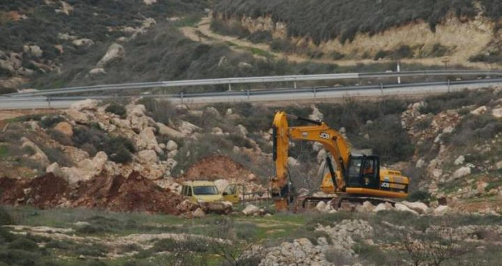 قوات الاحتلال تجرف أراضي قرب مدخل قرية دير نظام
