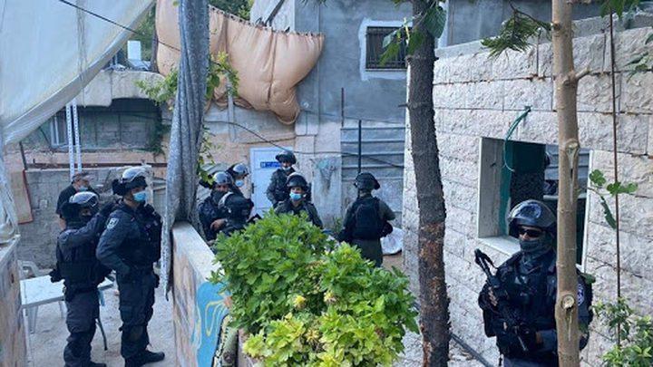 الاحتلال يسلم عائلة مقدسية قرارا بإخلاء منزلها