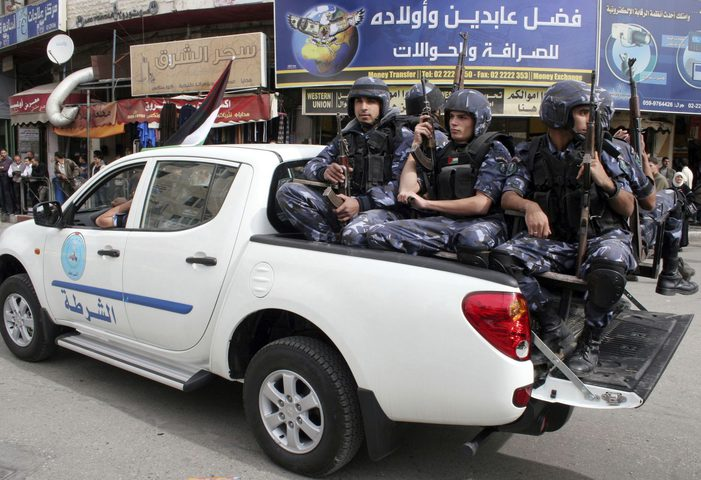 الشرطة تقبض على مشتبه به بسرقة لوحات أرقام مركبات